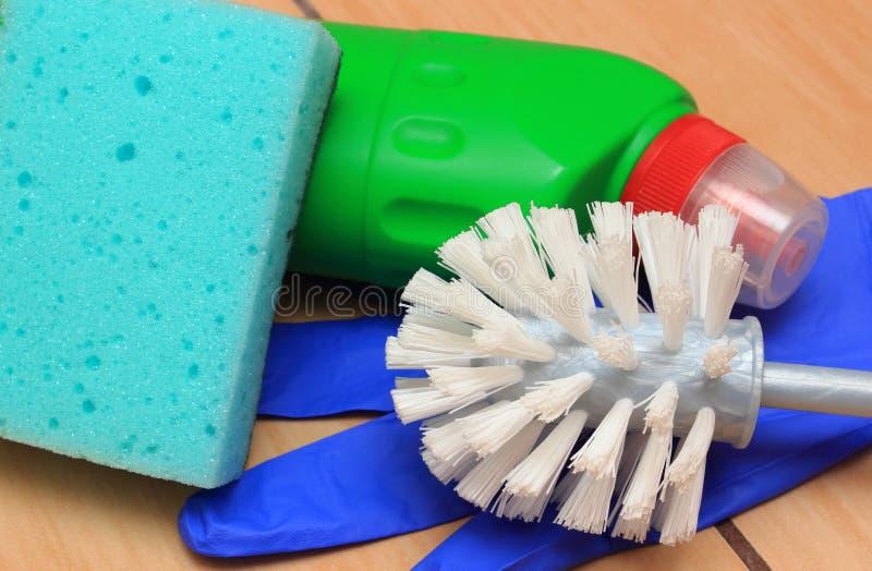 Toebehoren voor het schoonmaken van badkamers op keramiekbevloering stock foto
