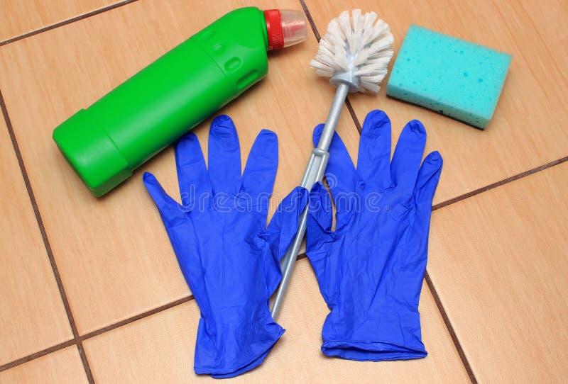 Toebehoren voor het schoonmaken van badkamers op keramiekbevloering stock fotografie