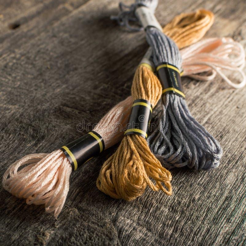 Toebehoren voor hobbys: verschillende kleuren van draad voor borduurwerk vierkant stock afbeeldingen