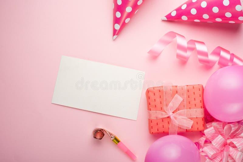 Toebehoren voor meisjes op een roze achtergrond Uitnodiging, verjaardag, meisjesjarenpartij, het concept van de babydouche, vieri stock foto