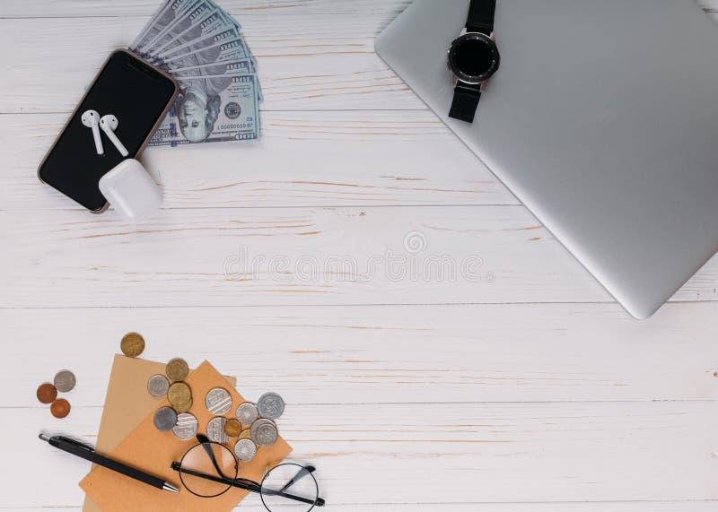 Toebehoren voor reis hoogste mening over witte houten achtergrond met exemplaarruimte Avontuur en het beeld van het zwerflustconc royalty-vrije stock foto