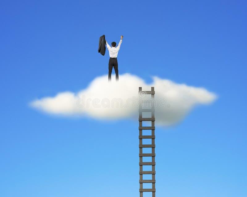 Toegejuichte zakenman bovenop wolk met ladder, blauwe hemel stock afbeelding