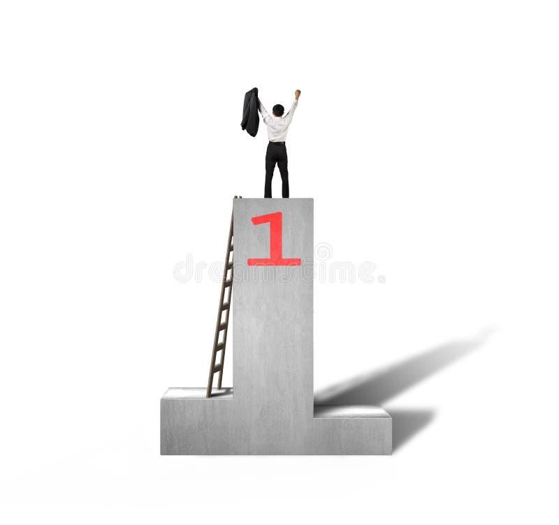 Toegejuichte zakenman die zich op podium met houten ladder bevinden stock illustratie