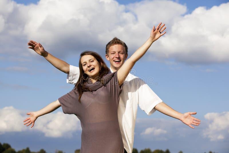 Toejuichend gelukkig tienerpaar royalty-vrije stock fotografie