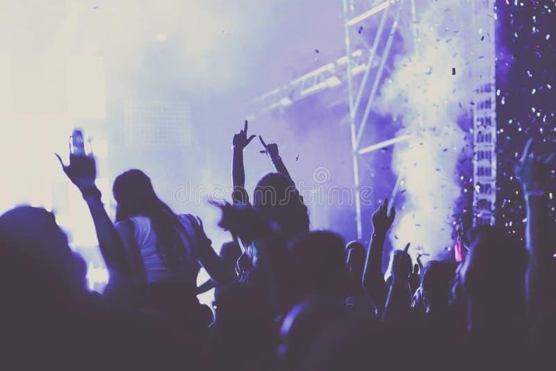 toejuichend menigte met opgeheven handen bij overleg - muziekfestival vector illustratie
