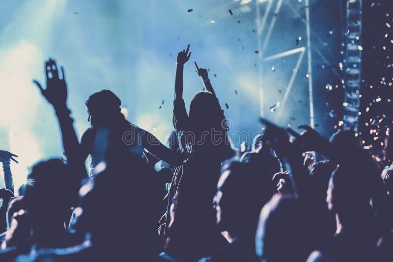 toejuichend menigte met opgeheven handen bij overleg - muziekfestival stock illustratie