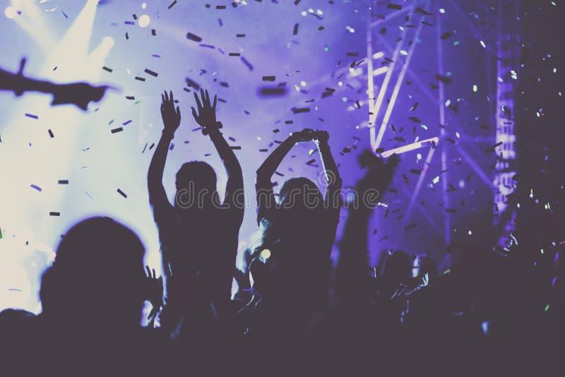 toejuichend menigte met opgeheven handen en vallend confettien bij overleg - muziekfestival vector illustratie