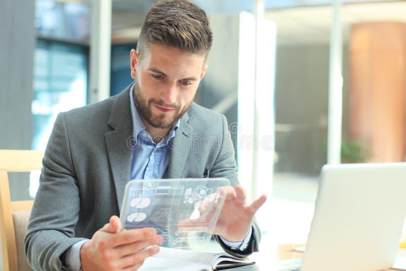 Toekomstig concept Zakenman die financi?le die statistieken analyseren op het futuristische transparante tabletscherm worden geto stock afbeelding