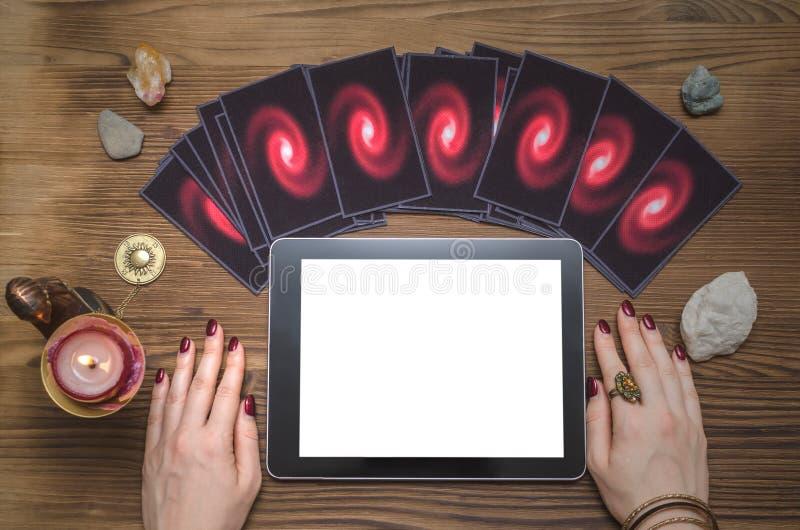Toekomstig lezings online malplaatje Tarotkaarten en tabletcomputer met het lege scherm royalty-vrije stock afbeeldingen