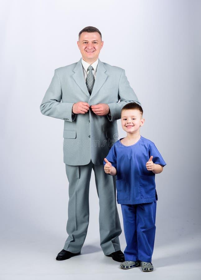 Toekomstige carri?re Kinderjaren vertrouwen en waarden Dit is dossier van EPS10-formaat Familiedag vader en zoon in pak Mannelijk stock afbeelding