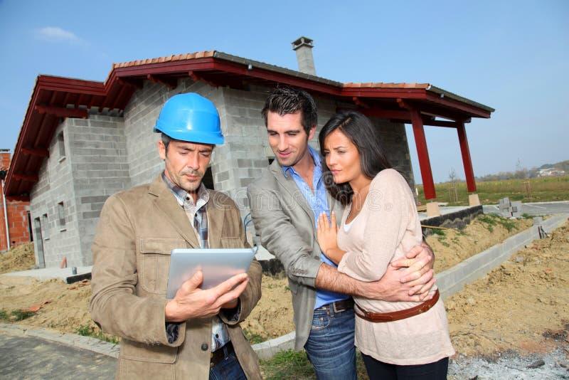Toekomstige huiseigenaars op bouwterrein stock afbeeldingen