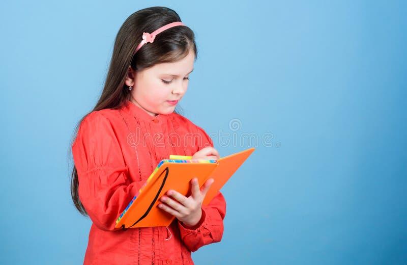 Toekomstige schrijver die literatuurklasse hebben Aanbiddelijk klein kind het schrijven literatuurrapport Het leuke boek van de m royalty-vrije stock afbeelding