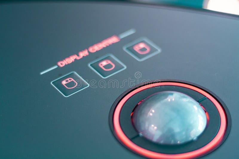 Toekomstige technologie, hologrammen en controleborden Houten en lichte, snijkantontwerp stock foto
