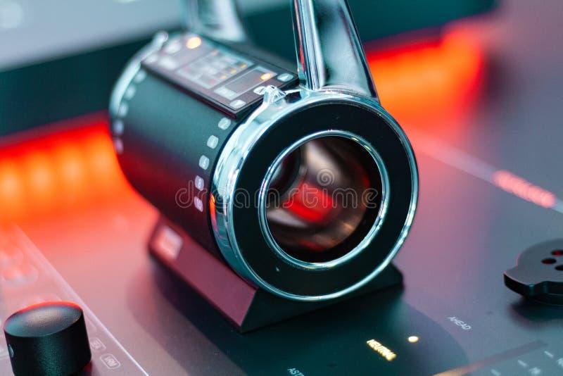 Toekomstige technologie, hologrammen en controleborden Houten en lichte, snijkantontwerp stock afbeeldingen