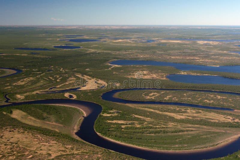 Toendra, rivieren en meren van Taimyr in de lente stock afbeeldingen