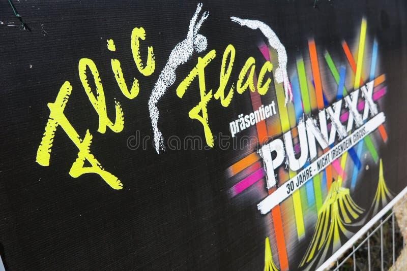 TOENISVORST,德国-朱安28 2019年:关闭Flic Flac周年游览Punxxx纸板广告  免版税库存图片