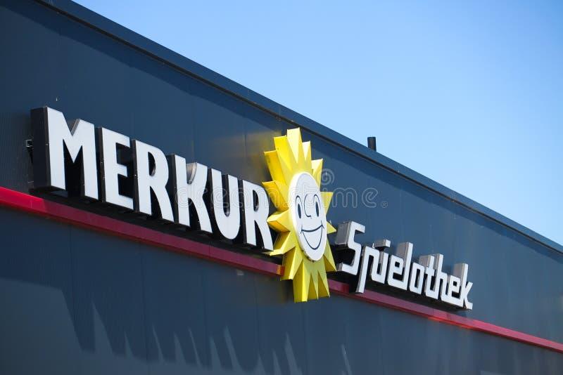TOENISVORST, ALEMANHA - JUIN 28 2019: Feche acima do logotipo do texto e do sol na fachada preta com o céu azul do alemão de Merk fotografia de stock royalty free