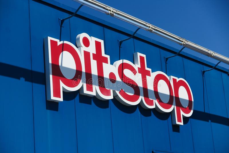 TOENISVORST, ALEMANHA - JUIN 28 2019: Feche acima do logotipo vermelho do pitstop da parada do poço na parede azul com a corrente imagem de stock