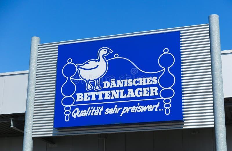 TOENISVORST, DEUTSCHLAND - JUIN 28 2019: Schließen Sie oben vom blauen Logo gegen blauen Himmel an der Speicherfront von Dänische stockbild