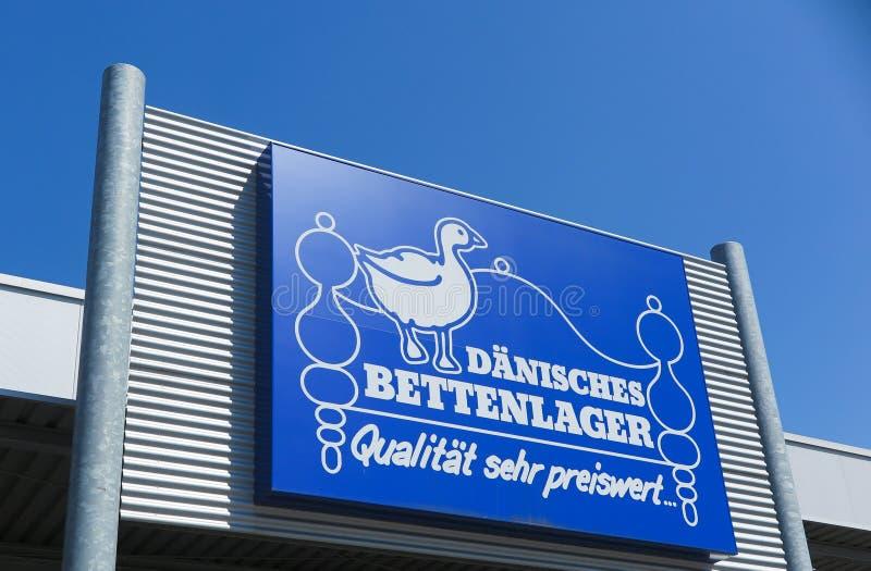 TOENISVORST, DUITSLAND - JUIN 28 2019: Sluit omhoog van blauw embleem tegen blauwe hemel bij opslagvoorzijde van Dänisches daenis royalty-vrije stock afbeeldingen