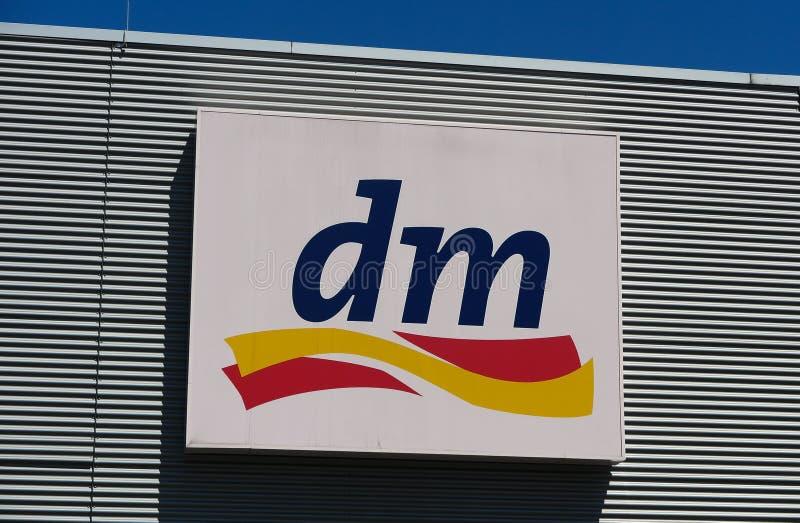 TOENISVORST, DUITSLAND - JUIN 28 2019: Sluit omhoog van embleem van DM-opslag op metaalmuur met de blauwe ketting van de hemel Du royalty-vrije stock fotografie