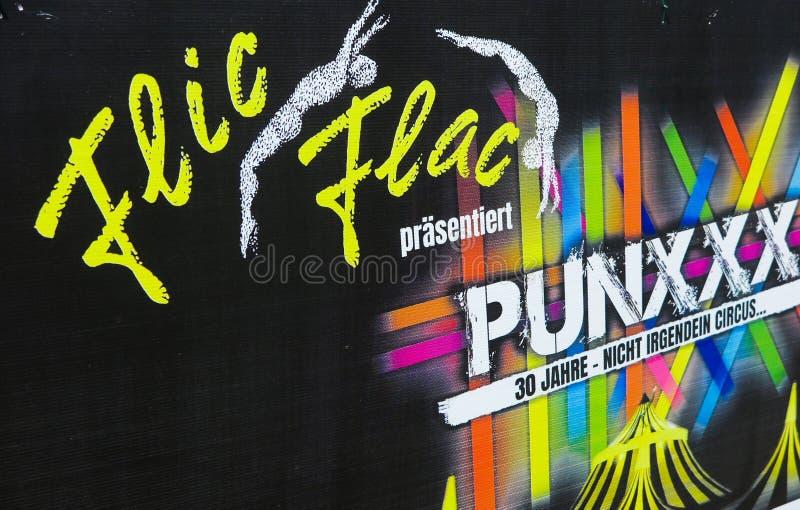 TOENISVORST, DUITSLAND - JUIN 28 2019: Sluit omhoog van karton reclame van de verjaardagsreis Punxxx van Flic Flac royalty-vrije stock fotografie