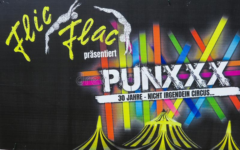 TOENISVORST, NIEMCY - JUIN 28 2019: Zamyka w górę kartonowej reklamy Flic Flac rocznicowa wycieczka turysyczna Punxxx zdjęcie stock