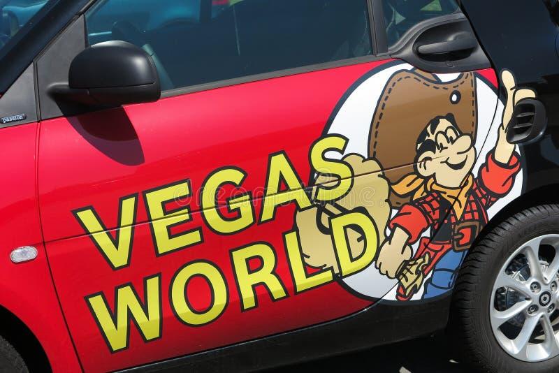 TOENISVORST, NIEMCY - JUIN 28 2019: Zamyka w górę logo Vegas sali Światowy niemiecki uprawia hazard łańcuch na drzwi czerwony sam obraz royalty free