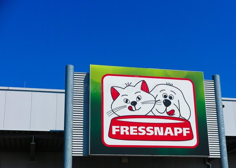 TOENISVORST TYSKLAND - JUIN 28 2019: Stäng sig den upp ofred och gröna logoen på lagerframdelen mot blå himmel av Fressnapf arkivfoto