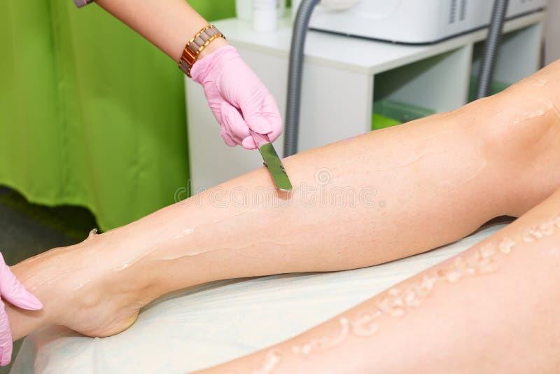 Toepassing van contactgel vóór de verwijderingsprocedure van het laserhaar Voorbereiding van de huidoppervlakte voor de verwijder stock afbeeldingen