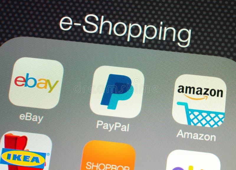 Toepassingen voor e-winkelt op een de retinavertoning van Apple iPad stock fotografie