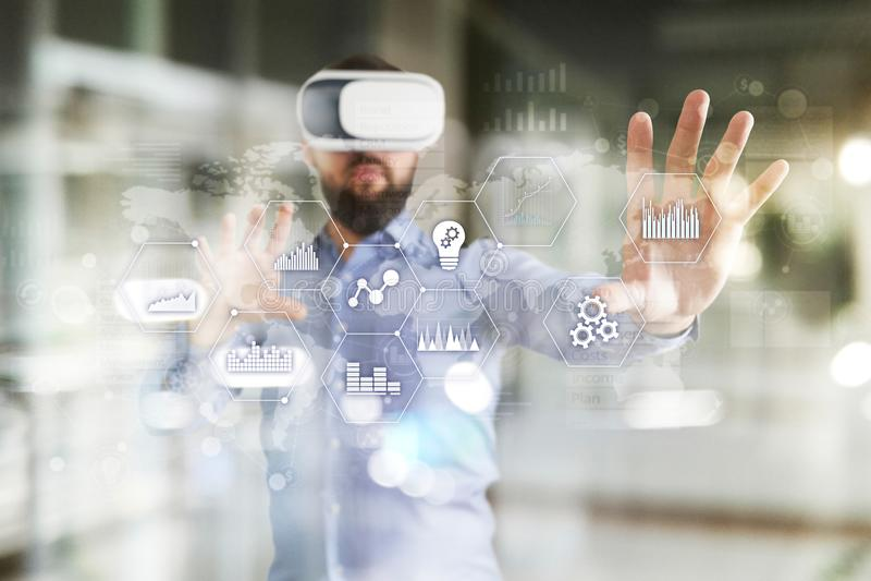 Toepassingenpictogrammen en grafieken op het virtuele scherm Zaken, Internet en technologieconcept royalty-vrije stock foto's