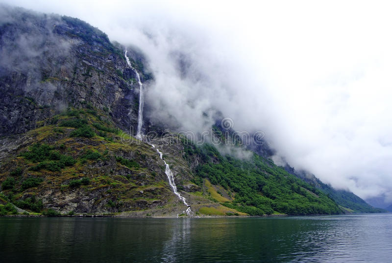 Toerismevakantie en reis Bergen en waterval in Bergen, Noorwegen, Scandinavië royalty-vrije stock afbeelding