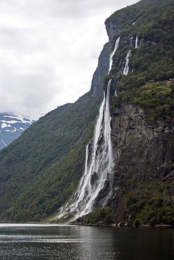 Toerismevakantie en reis Bergen en waterval op fjord Nærøyfjord in Gudvangen, Noorwegen, Scandinavië royalty-vrije stock afbeeldingen