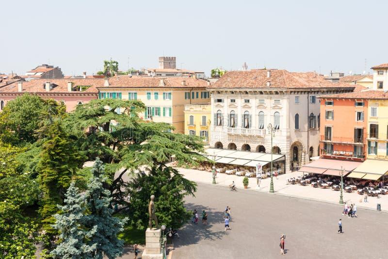 Toerist bij de Piazza Bustehouder in Verona stock afbeeldingen