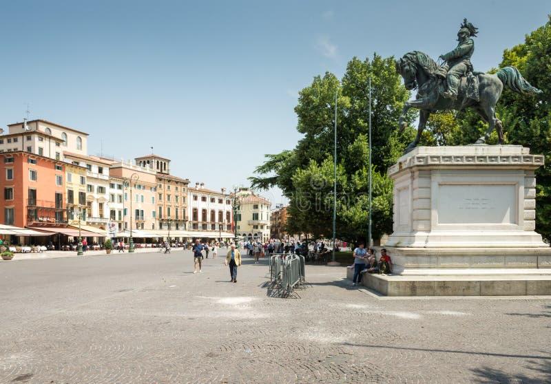 Toerist bij de Piazza Bustehouder in Verona stock afbeelding