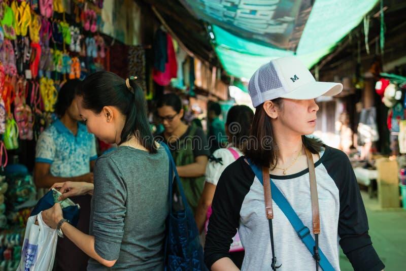 Toerist bij Markt Mani-Sithu in Nyaung-U, Myanmar (Birma) royalty-vrije stock afbeelding