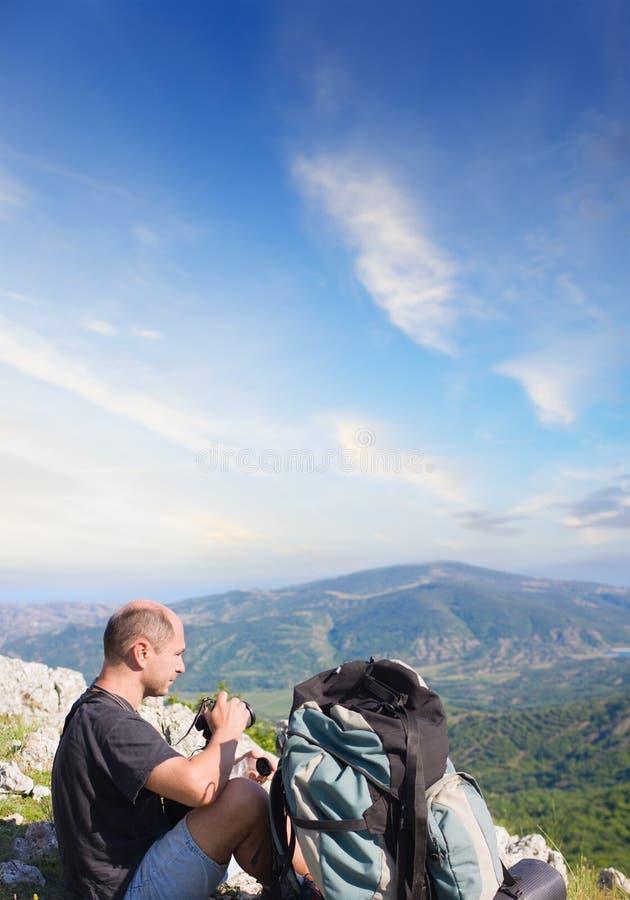 Toerist bovenop een berg stock foto