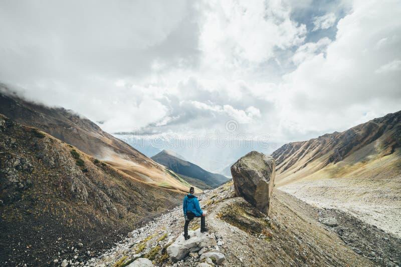 Toerist in de bergen onder piekushba royalty-vrije stock afbeeldingen
