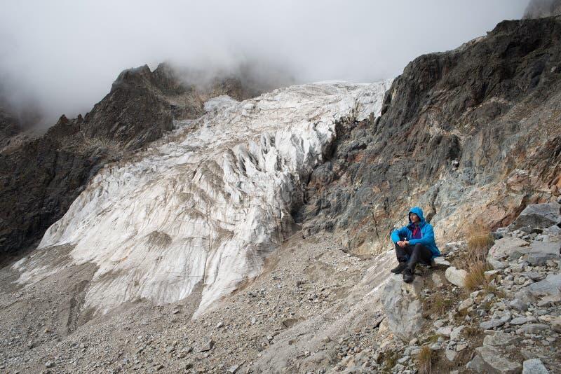 Toerist in de bergen van de Kaukasische waaier royalty-vrije stock foto