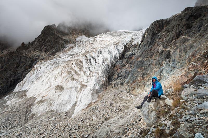 Toerist in de bergen van de Kaukasische waaier royalty-vrije stock afbeelding