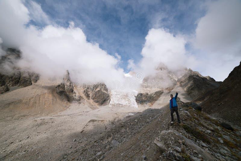Toerist in de bergen van de Kaukasische waaier royalty-vrije stock fotografie