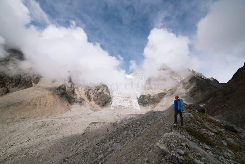 Toerist in de bergen van de Kaukasische waaier royalty-vrije stock afbeeldingen