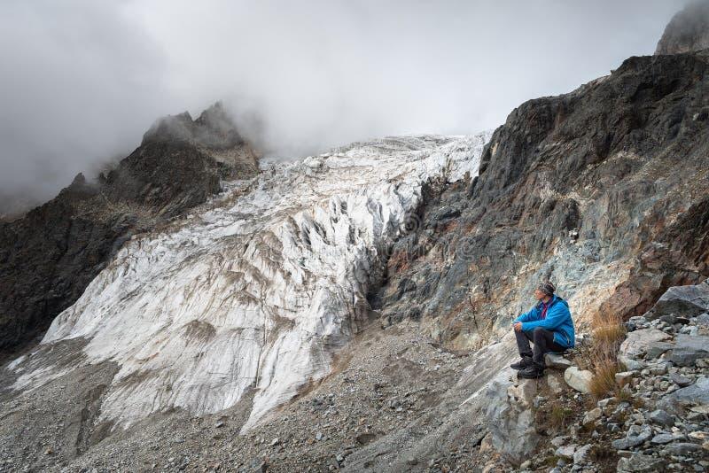 Toerist in de bergen van de Kaukasische waaier royalty-vrije stock foto's