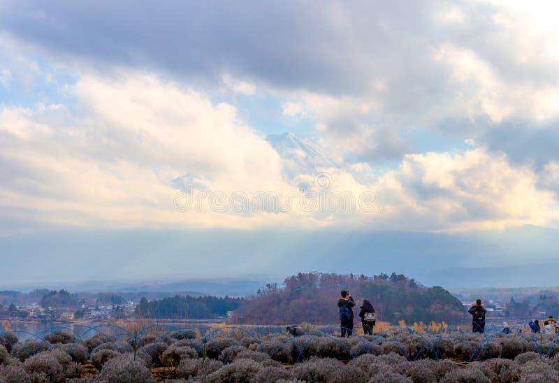 Toerist de status achteruit en neemt een foto Fuji bergachtig van de kant van meerkawaguchi in het land van Japan royalty-vrije stock foto's
