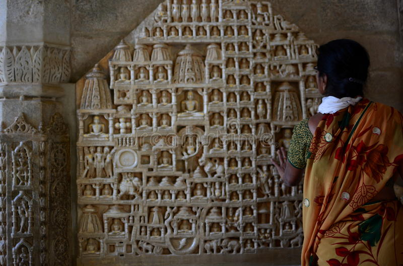 Toerist dichtbij Tirthankara-scupltures De tempel van Jain Ranakpur Rajasthan India royalty-vrije stock foto's