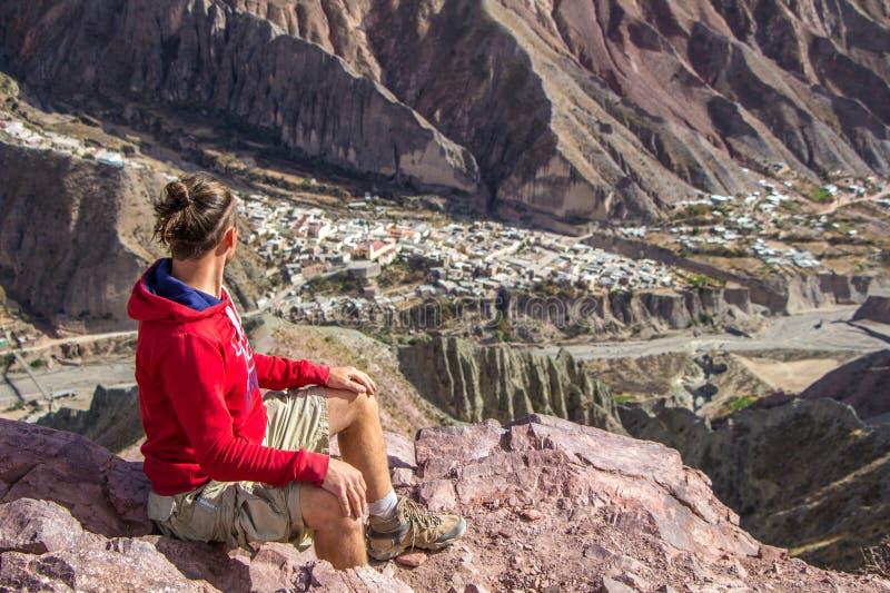 Toerist die aan de vallei kijken stock foto's