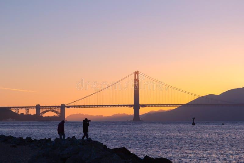 Toerist die beeld van zonsondergang over Golden gate bridge, San Francisco, Californië neemt stock afbeelding