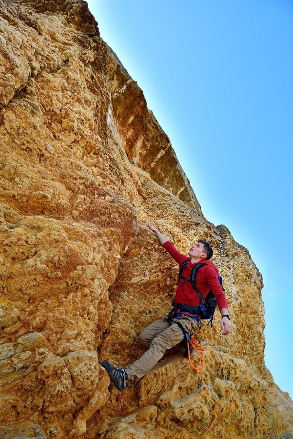 Toerist die berg beklimmen stock foto's