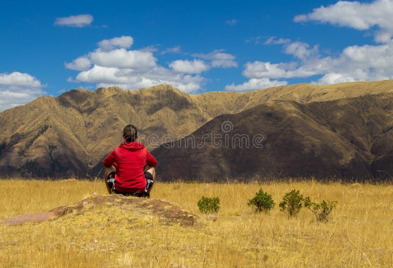 Toerist die bergen bekijken royalty-vrije stock afbeelding